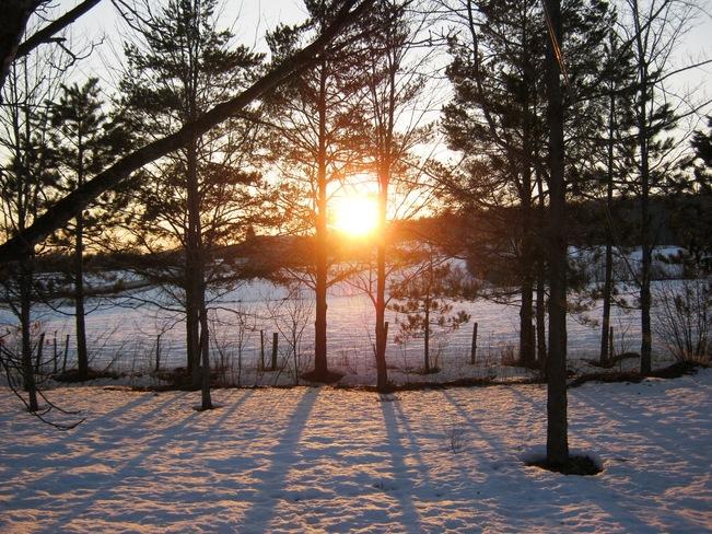 coucher soleil hivernal en avril! Frelighsburg, Quebec Canada