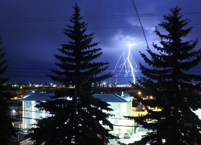 Lightning crashes Calgary, AB