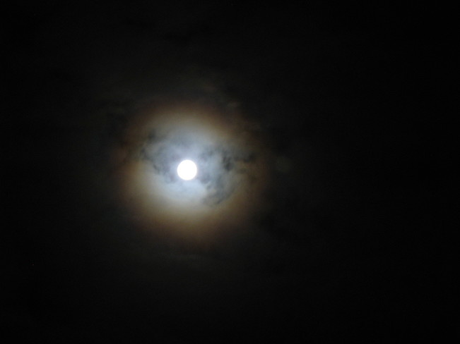 Bizarre Super-Moon Windsor, NS