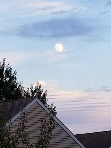 Moon rising in Middletown