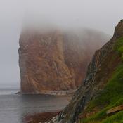 Rocher dans le brouillard
