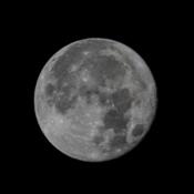 LA navette spaciale passe en avant de la lune