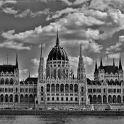Parlement de Budapest sous un couvert de nuages,