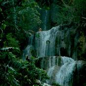 Jojie laotienne contemplant une cascade.