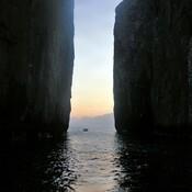 Lever de soleil entre deux rocs