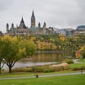 Parlement canadien sous la pluie