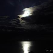 Pleine lune sur la mer.