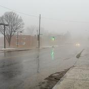 Rue dans le brouillard et sous la pluie