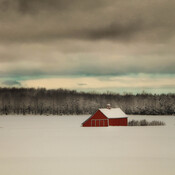 Grange rouge sur fond hivernal