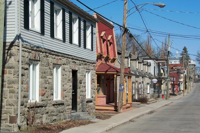 Matin de printemps dans le Vieux-Terrebonne. 202 Rue Saint André, Terrebonne, QC J6W 3C7, Canada
