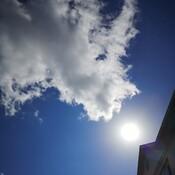 Tourbillons de nuages autour du soleil.