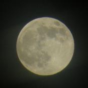 Pleine lune dans le ciel vide