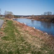 Piste cyclable le long de la rivière