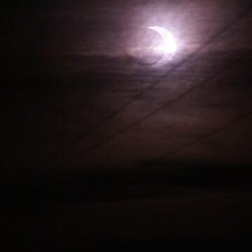 La lune et le Soleil sous une couverture de cirrus