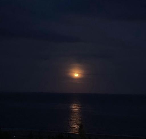 Lune sur la plage de Sept-Îles Sept-Îles, Québec, CA
