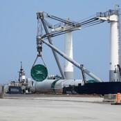 Barge transportant des tours d'éoliennes ( Le coastal titan )