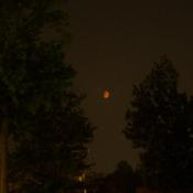 Une Lune rougeâtre s'est dressée dans le ciel du Québec Lundi soir.