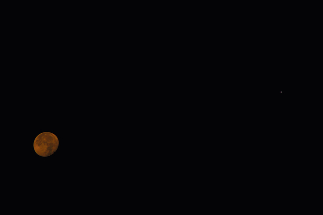 Lune rouge et Jupiter Longueuil, QC J4L 4H8