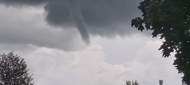 Formation d'un nuage en entonnoir le 27 Juillet 2021 à Varennes 119 Rue Poitras, Varennes, QC J3X 1N1, Canada
