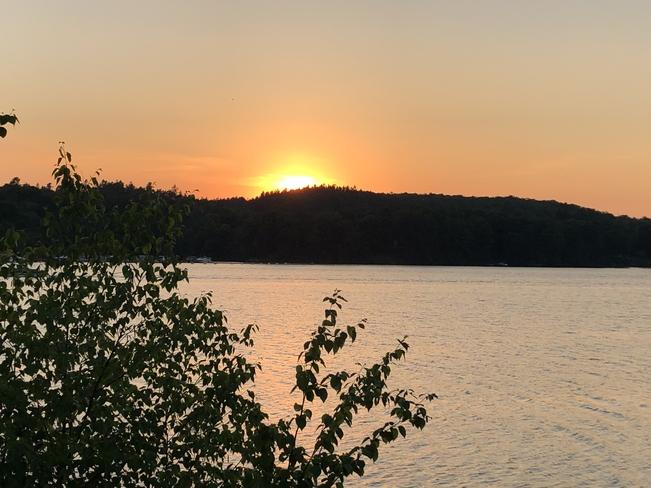 Magnifique coucher de soleil sur la rivière Saint-Maurice. Shawinigan, Québec, CA