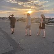 Marche sur le quai au soleil couchant.