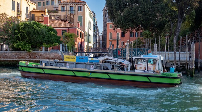 Grand Canal Garbage Pick Up Grand Canal, Venice, Metropolitan City of Venice, Italy