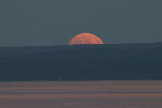 Lever de pleine lune devant éolienne Le Paradis-Marin, QC